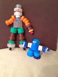 MUÑECOS / ROBOT con tapones de plástico Recycling Projects For Kids, Diy Art Projects, Recycled Robot, Recycled Crafts, Crafts For Boys, Diy For Kids, Plastic Bottle House, Diy Robot, Bottle Cap Crafts