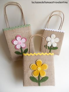 Considerato il successo ottenuto dalle mie borsette fatte con scatole per alimenti, ecco qui una versione più estiva.   Ho sostituito la ... Fabric Purses, Fabric Bags, Fabric Scraps, Hessian Bags, Jute Bags, Patchwork Bags, Diy Arts And Crafts, Favor Bags, Craft Gifts