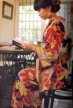 Nippon-Graph. Taisho Roman kimono ensemble (from Taisho Roman kimono girls dressed pledge 大正ロマン着物女子服装帖) - Ouno Rafu 大野 らふ - Japan - 2008 Source : ImmortalGeisha.com