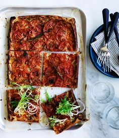 This bright red tomato tart is quick to make and perfect for your Autumn picnic spread. Picnic Food List, Healthy Picnic Foods, Picnic Snacks, Picnic Dinner, Vegetarian Picnic, Picnic Ideas, Vegetarian Recipes, Tart Recipes, Side Recipes