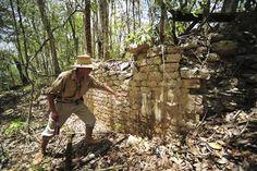 メキシコ東部で新たなマヤ遺跡発見、ピラミッド15基も 6月20日、メキシコのユカタン半島東部のジャングルで、スロベニアの考古学者らが古代マヤ文明の新たな遺跡を発見したことが分かった。写真は18日にメキシコ国立人類学歴史学研究所から提供されたもの A new Mayan ruins found in eastern Mexico, also 15 based pyramid June 20, I found that in the jungle of the Yucatan Peninsula of eastern Mexico, archaeologists from Slovenia found a new ruins of the ancient Mayan civilization. The photo should be what is provided from Mexico National Anthropology Institute history in the 18th