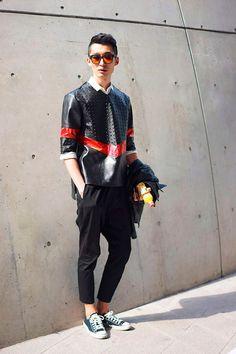 Termina nesta quarta (25.03)a semana de moda de Seul Inverno 2016. Nas ruas, os looks certamente fazem tão bonito quanto nas passarelas, especialmente os masculinos. O blogueiro Nicholas, do Garbagelapsap , fez uma seleção com os melhores looks que circularam pelo evento publicada originalmente no site Fucking Young .