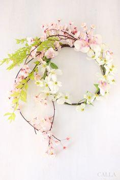 新緑の緑と組み合わせた桜リースというリクエストにお応えしてお作りしたSakura wreath。組み合わせたお花はハナミズキ。ほんのりとピンク色に色づく花びらが桜との相性◎です。新緑の緑にはプリザーブドのラスカスを使いました。初々しい若葉の緑色と繊細な透明感はプリザーブドならでは♪CALLAではよりリアルなアーティフィシャルフラワーをお選びしてアレンジをしております。プリザーブドならではの良さを活かしたいときはプリザーブドフラワーを使わせて頂きます。素材 アーティフィシャルフラワー、プリザーブドラスカスsize 45㎝×48㎝ リース部分の円径 22㎝ギフトラッピングはリースboxにリボンをおかけしてご用意いたします。オーダーをお受けしてからの制作のため一週間ほどお時間を頂戴いたします。お急ぎの方はできる限るご希望に添えられるようご用意いたしますので、メッセージをくださいませ。#Creemaポイント10倍