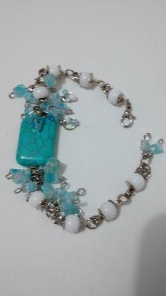 Linda pulseira azul turquesa com pedras e contas. Peça exclusiva. R$ 24,00. Na Arthanna.