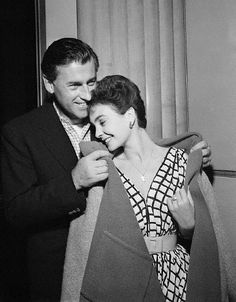 Jean Simmons and Stewart Granger....Jean Simmons was married and divorced twice. She married Stewart Granger in Tucson, Arizona, on 20 December 1950. In 1956 she and Granger became U.S. citizens; they divorced in 1960.  Which is sad, because they looked so happy here.:(
