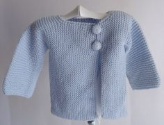 Chaqueta de bebé de lana 100% realizada en punto bobo y abrochada en la parte delantera con dos botones forrados.Talla: 3 meses. La puedes ver en https://cmcanastillasyregalos.wordpress.com/2014/10/23/liquidacion-de-ropa-de-bebe-de-punto/