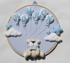 Lindo quadro de bastidor para decoração da porta da maternidade e quartinho do bebê. Confeccionador em feltro e tecido 100% algodão. O quadro possui 35 cm de diâmetro.