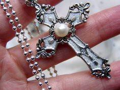 Eine schöne schimmernde weiße Perlen auf einem traumhaften emaillierten Kreuz für den  festlichen Anlass und auch toll als Geschenk zur Konfirmation o