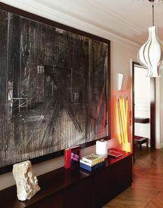 Priorité à l'art dans l'entrée de cet intérieur à parquet et moulures - Déco éclectique pour cet appart' haussmannien - CôtéMaison