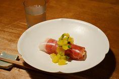 【クリームチーズの生ハム巻】とっておきの生ハムはちょっとかわいく食べたいのです。九条葱と栗のソースは洋酒と胡椒が隠し味。  今日のお酒は、京都・齊藤酒造さんの「英勲」です。