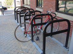 Outdoor stojany na bicykle typu A (možnosť zamknutia rámu bicylkla tak aby nebolo možné odmontovať skrutky a vyvliecť zámok zospodu) pre krátkodobé parkovanie návštev.