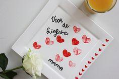 een bord versieren met hartjes van vingerafdrukken
