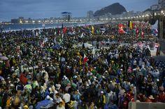 Miles de peregrinos se hacen presentes en la playa de Copacabana, en Río de Janeiro, durante el segundo día de la Jornada Mundial de la Juventud, que cuenta con la presencia del Papa Francisco, quien visita Latinoamerica por primera vez como Pontífice.(AP/Jorge Saenz)