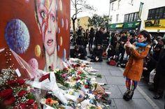 Lágrimas y flores en la casa de David Bowie en Nueva York