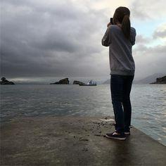 【gjm7070】さんのInstagramをピンしています。 《2016.10.18 ・ 夫婦岩&もれなく私😎😜 ・ 🇺🇸I take pictures 🇧🇷Eu tiro fotos ・ #伊豆市#夫婦岩#雲見#船#雲#海#私#japão#outono#bonito#japãofotos#mar#chuva#portodepesca#nuvem#natureza#céu#conforto#mardojapão#fotosdejapão》