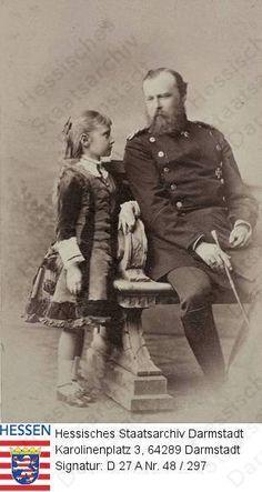 Ludwig IV Grão-Duque de Hesse e do Reno de uniforme, com a filha princesa Alix de Hesse and by Rhine (later czarina Alexandra Feodorovna da Rússia), em 1878 <3 <3