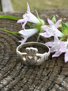 Vintage Claddagh Ring, Sterling Silver, Irish Wedding Ring, Size Ireland Friendship Ring Made in Ireland - İrische Eheringe Irish Wedding Rings, Wedding Rings Vintage, Vintage Rings, Vintage Jewelry, Sterling Silver Layered Necklace, Layered Necklaces Silver, Sterling Silver Jewelry, Friendship Rings, Claddagh Rings