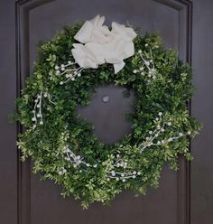 Boxwood DIY Christmas Wreath | Mix up that evergreen Christmas decor with this Boxwood wreath craft!