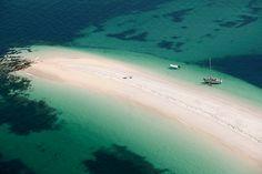 """L'archipel des Glénan, situé à une dizaine de milles nautiques au sud de Fouesnant (une heure de bateau au départ de Beg Meil), est depuis 1973 un site """"classé naturel pittoresque"""". Ancien repère de corsaires et de pirates, l'archipel est composé de douze îles, c'est pour beaucoup un paradis au milieu de l'océan… La limpidité et la couleur turquoise de l'eau, la finesse et la couleur du sable banc, des fonds somptueux ne sont pas sans évoquer les iles des Mers du Sud (?)"""