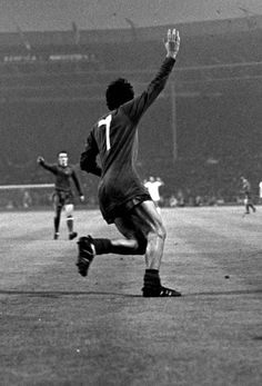 Wembley, 1968: George Best finds the net to fire @manutd to European Cup glory as the Reds beat Benfica 4-1.