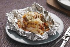 Foil-Pack Bruschetta Chicken Bake - Kraft Recipes Looking for a fresh new take on chicken breasts? Wrap 'em in foil with stuffing mix and bruschetta toppings and revel in the applause around your table. Foil Packet Dinners, Foil Pack Meals, Foil Dinners, Foil Packets, Easy Dinners, Kraft Foods, Kraft Recipes, Bruschetta Toppings, Bruschetta Chicken