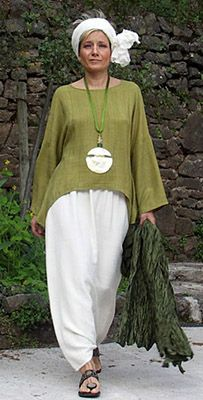 Top unstructured made of raw silk lime green color and harem pants -:- AMALTHEE … Top unstrukturiert aus Rohseide, Limonengrün und Haremshosen -: – AMALTHEE -: – Nr. Mature Fashion, Fashion Over 50, Look Fashion, Hippie Fashion, Mode Outfits, Fashion Outfits, Womens Fashion, Mode Style, Style Me