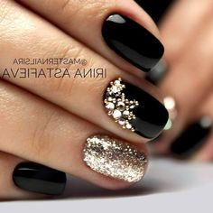 68 Trendy Nail Art Designs to Inspire Your Winter Mood winter nails; red and gold nail art designs. Red And Gold Nails, Gold Nail Art, Red Gold, Nail Black, Black Nail Polish, Gold Polish, Red Manicure, Manicure Ideas, Manicure Colors