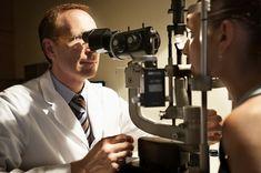 Un desprendimiento de retina es la separación de la retina (lámina posterior del ojo) de la pared ocular a la que normalmente está pegada.