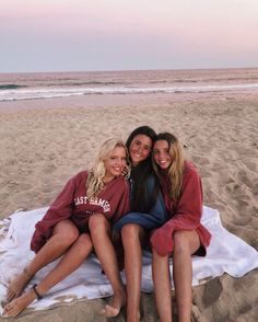 There's no one like your BFF! They will always have your back and get you through the good & the tough times. Here some cute phot ideas for that BFF goal! Bff Pics, Cute Friend Pictures, Best Friend Pictures, Friend Pics, Teen Pics, Cute Photos, Shotting Photo, Cute Friends, Beach Poses With Friends