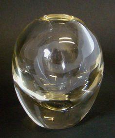 A.D. Copier dikwandig VAASJE blank glas met zweem van geel gemerkt met etsmerk: CL hoogte: 11 cm datering: ca. 1936