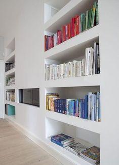 Libreria in cartongesso con supporti orizzontali di spessore maggiore. Ben abbinata al camino rivestito #cartongesso #ideearredamento #arredocasa
