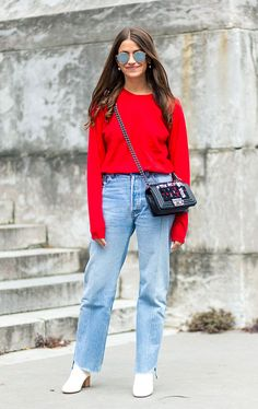 calça jeans tricot vermelho e bota branca