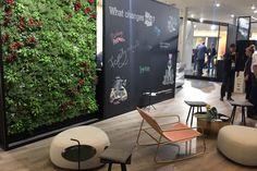 Lounge mit Vertikal-Pflanzenwand auf der meConvention