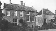Achterzijde van Kerkstraat 62-64-66 te Vianen. Het huis is in de 17de en 18de eeuw uit een 16de eeuws pand tot de huidige samenstelling gegroeid. Achter de gevel, opgetrokken uit een groter formaat bakstenen, bevindt zich het oudste gedeelte, opname 1982 - Catharina van Groningen via DBNL