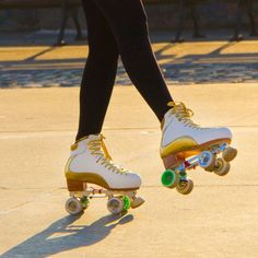 Berry Skates - Touch Gold Boots Retro Roller Skates, Roller Skate Shoes, Quad Roller Skates, Roller Disco, Roller Derby, Roller Skating, Kind Und Kegel, Skater Girls, Retro Aesthetic