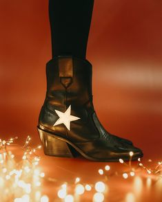 Believe in Santa and get lots of shoes! ⭐ #eurekashoes #madeinportugal #handmadeshoes #boots #cowboyboots #believeinsanta #christmas #christmasgift  #blackboots #star #black #lights