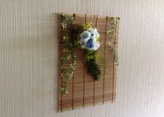 すだれに  涼しい  ブルーのバラを  アレンジしました。壁掛けに最適です。涼感を  感じます。|ハンドメイド、手作り、手仕事品の通販・販売・購入ならCreema。