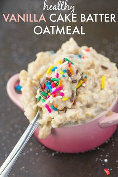 Healthy Vanilla Cake Batter Oatmeal- Enjoy overnight oatmeal style or piping hot. - Healthy Vanilla Cake Batter Oatmeal- Enjoy overnight oatmeal style or piping hot- With the taste an - Chocolate Chip Cookies, Chocolate Cake, Poffertjes, Cocina Light, Protein Cake, Cake Batter Protein, Protein Cookie Dough, Protein Desserts, Protein Muffins