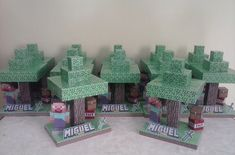 Centro de Mesa Enfeite de Mesa Minecraft Decore sua festa do Minecraft com nossos produtos... Feito em papel glossy 230g. Ideal para utilizar como Centro ou Enfeite de Mesa Este produto é formado por: 1 base 1 nome 1 espada 1 boneco steve 1 bloco baú 1 bloco TNT 1 árvore. Ta...