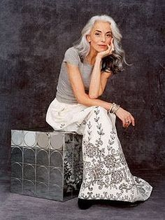 Want to age as graceful as Yasmina Rossi Latina Hair, Beautiful Old Woman, Beautiful People, Yasmina Rossi, Cooler Look, Advanced Style, Advanced Hair, Ageless Beauty, Going Gray