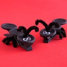 Create googly-eyed ants with buttons and clothespins! This craft is great for playtime. You can also invite these ants along to your next picnic to act as fun tablecloth clips! Kids Crafts, Ant Crafts, Summer Crafts, Preschool Crafts, Projects For Kids, Wood Crafts, Arts And Crafts, Insect Crafts, Family Crafts