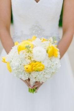 @poshfloral perked up a classic white hydrangea bouquet with cheerful yellow tulips and #ranunculuses.