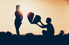 Relatieverslaving betekent niet dat je van de ene naar de andere relatie hopt. Nee! Het betekent dat je mannen en/of vrouwen aantrekt die zich emotioneel niet kunnen verbinden. Zij zijn emotioneel onbeschikbaar vanwege hun emotionele beschadiging. Zij zijn niet in staat om ware intimiteit aan te gaan.  http://www.counsellingcenterchanges.nl/relatieverslaving/