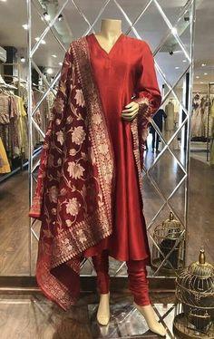 Pakistani Formal Dresses, Pakistani Dress Design, Pakistani Outfits, Indian Outfits, Stylish Dress Designs, Stylish Dresses, Style Indien, Casual Indian Fashion, Frock Fashion