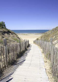 Rejoignez les #plages de l'île de Ré par des petits chemins de traverse...  #CharenteMaritime #mer #sea #seaside #France #Atlantique #paysage #planches #sable #path #view #sand #ÎleDeRé