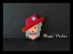 Broche Femme au chapeau rouge et strass
