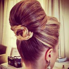 updo Fulya O. via Hair and Beauty Tips onto Vintage Hairstyles - Group Board Sleek Hairstyles, Vintage Hairstyles, Wedding Hairstyles, Quinceanera Hairstyles, Amazing Hairstyles, Bridal Hairstyle, Celebrity Hairstyles, Natural Hair Tips, Natural Hair Styles