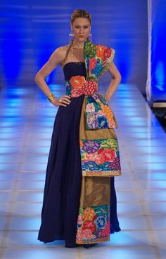Harumi Momota - México Defilesi - Fashion Show Catwalk Image Mexican Fashion, Mexican Outfit, Mexican Dresses, Ethnic Fashion, Embroidery Fashion, Embroidery Dress, Fiesta Outfit, Ethnic Dress, Estilo Fashion