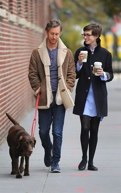 Anne Hathaway Adam Shulman from The Big Picture: Today's Hot Photos The newlyweds and their pup, Esmeralda, make for adorable Brooklyn hipsters. Anne Hathaway Pixie, Anne Hathaway Style, Hipsters, Brooklyn Hipster, Style Casual, My Style, Couple Style, Fashion Couple, Geek Chic