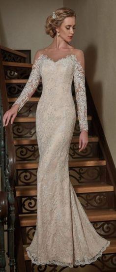 Abito da sposa interamente in pizzo maniche lunghe con le spalle nude 1500€ da Nadia Spose tel. 3279490179